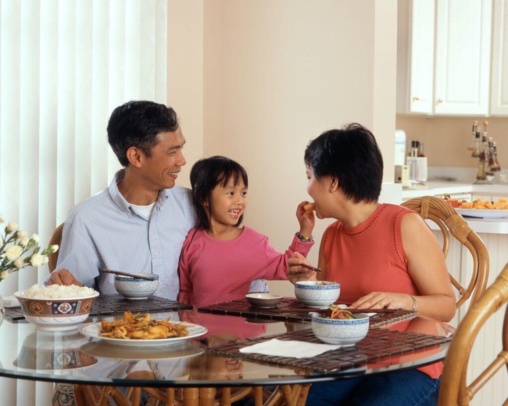 gezellig aan tafel gezin